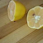 Bu karışıma 1 adet limon suyu da ekliyoruz.