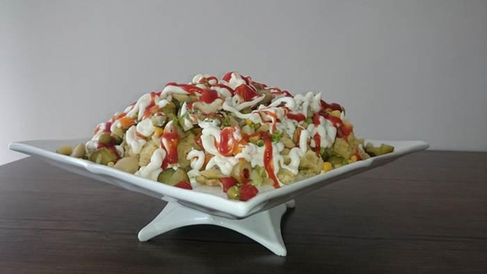Son olarak mayonez ve ketçap ile süsleyerek servis yapın. Afiyet olsun.